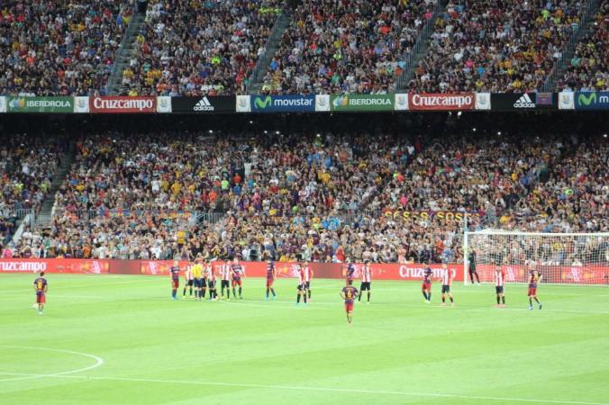 Le kop derrière le but de Bilbao, sur un coup franc de Messi